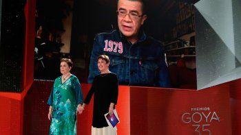 Las actrices españolas Monica Randall y Veronica Forque entregan el Goya a la mejor película latina por El olvido que seremos, y el productor colombiano Dago García recibe el premio vía videollamada