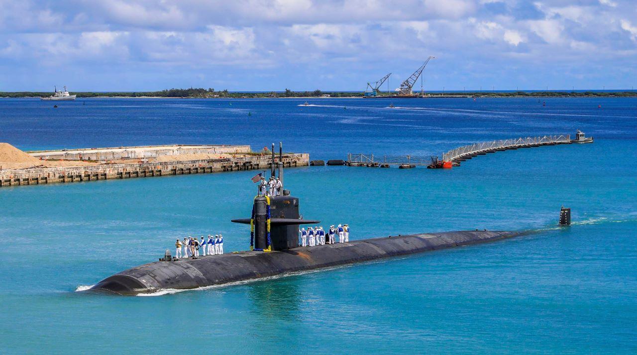 En esta imagen, distribuida por la Marina de Estados Unidos, el submarino de ataque rápido USS Oklahoma City (SSN 723) regresa a una base en Guam, el 19 de agosto de 2021.
