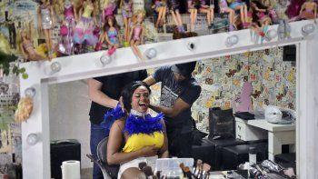 Vestirá un traje fastuoso, que permanecerá en secreto hasta último momento, a la cabeza de un grupo de 300 percusionistas, que son el corazón de las escolas de samba en competición durante dos noches.