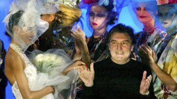 En esta foto del 22 de enero de 2003, el diseñador francés Emanuel Ungaro agradece los aplausos al cabo de la presentación de su colección de verano en París. La casa Ungaro dijo su fundador murió el domingo 22 de diciembre de 2019, a los 86 años.