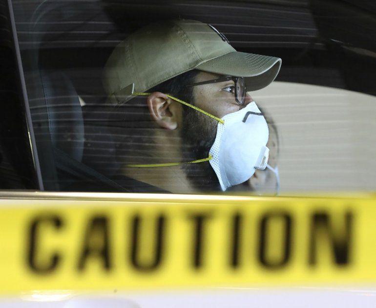 Un hombre espera en su auto en un sitio de pruebas por ventanilla para COVID-19 en el International Horse Park de Georgia el jueves 16 de abril de 2020 en Conyers