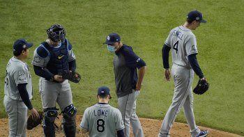 Blake Snell, abridor de los Rays de Tampa Bay, se marcha del sexto juego de la Serie Mundial ante los Dodgers de Los Ángeles, el martes 27 de octubre de 2020, en Arlington, Texas