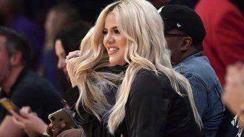 En esta foto de archivo del 13 de enero de 2019, Khloé Kardashian observa durante la segunda mitad de un juego de baloncesto de la NBA entre Los Angeles Lakers y Cleveland Cavaliers en Los Angeles.