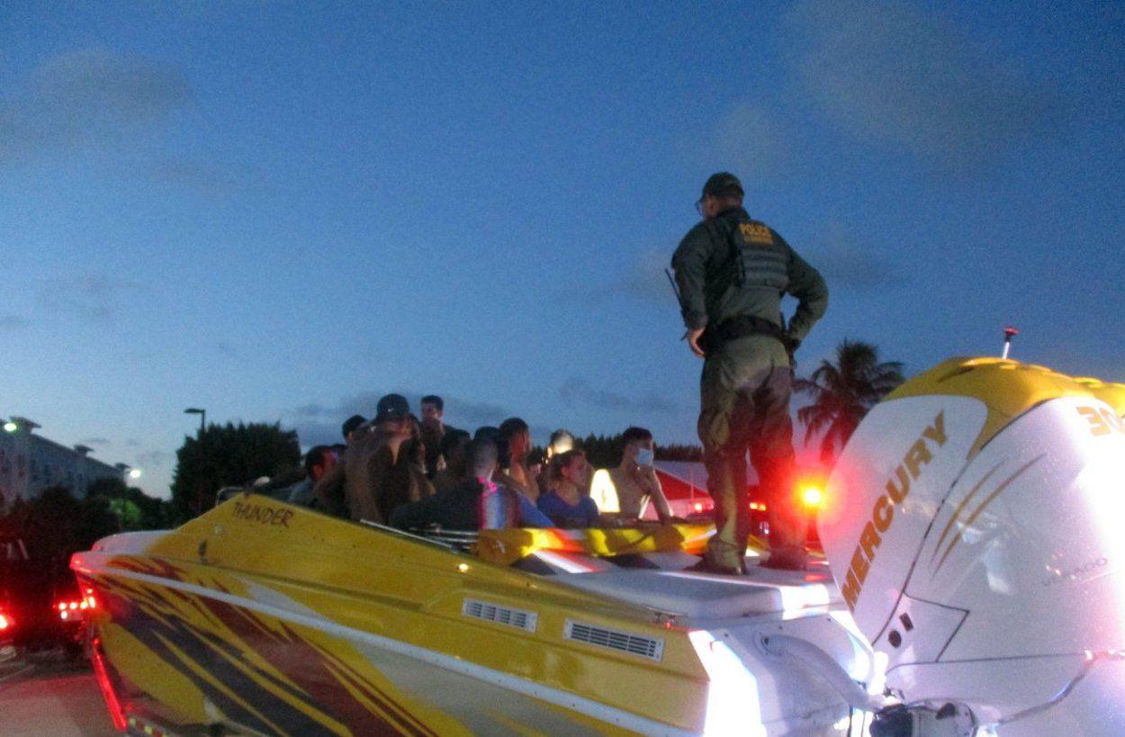 Durante una inspección se descubrió a muchas personas que se ocultaban en la zona frontal de la lancha, un total de 32 supuestos migrantes, indicaron las autoridades este 11 de octubre.