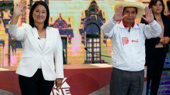 El candidato presidencial del partido Perú Libre Pedro Castillo, derecha, y la candidata Keiko Fujimori, del partido Fuerza Popular, saludan a los periodistas al final del debate presidencial en Arequipa Perú, el domingo 30 de mayo de 2021. Fujimori se enfrenta a Castillo en la final debate de las elecciones presidenciales antes de las elecciones del 6 de junio.