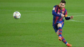 El delantero argentino del Barcelona Lionel Messi patea el balón durante el partido de fútbol de la Liga española entre el Barcelona y la SD Huesca en el estadio Camp Nou de Barcelona el 15 de marzo de 2021