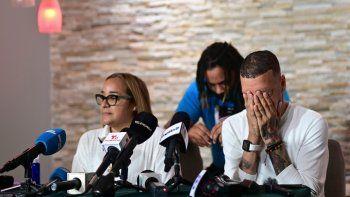 Keila Ortiz y Antonio Rodríguez ofrecen una conferencia de prensa durante el funeral de su hija Keishla, el jueves 6 de mayo de 2021 tras su muerte violenta. El cadáver apareció en una laguna y el boxeador Félix Verdejo ha sido acusado