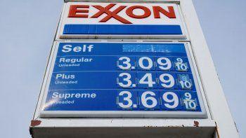 Esta foto del 28 de abril del 2021 muestra los precios de la gasolina en una estación en Filadelfia. El papel higiénico, los productos para bebés, sodas y muchos otros productos de uso diario están a punto de volverse mucho más caros.