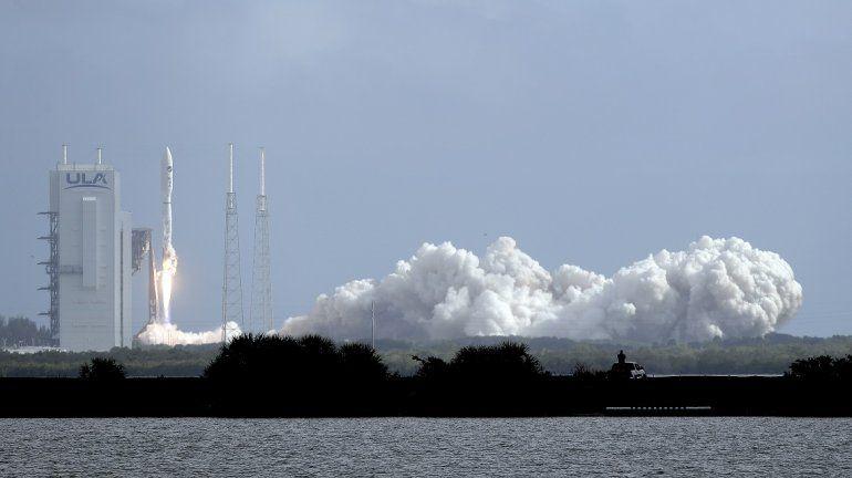 Un cohete United Launch Alliance Atlas V despega con un avión militar estadounidense X-37B desde el complejo de lanzamiento 41 en Cabo Cañaveral