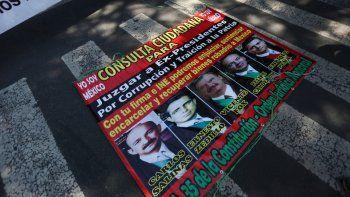 Un cartel con las imágenes de los expresidentes mexicanos yace en el suelo frente a la Corte Suprema durante una manifestación de partidarios del actual presidente de México, Andrés Manuel López Obrador, en la Ciudad de México, el jueves 1 de octubre de 2020.