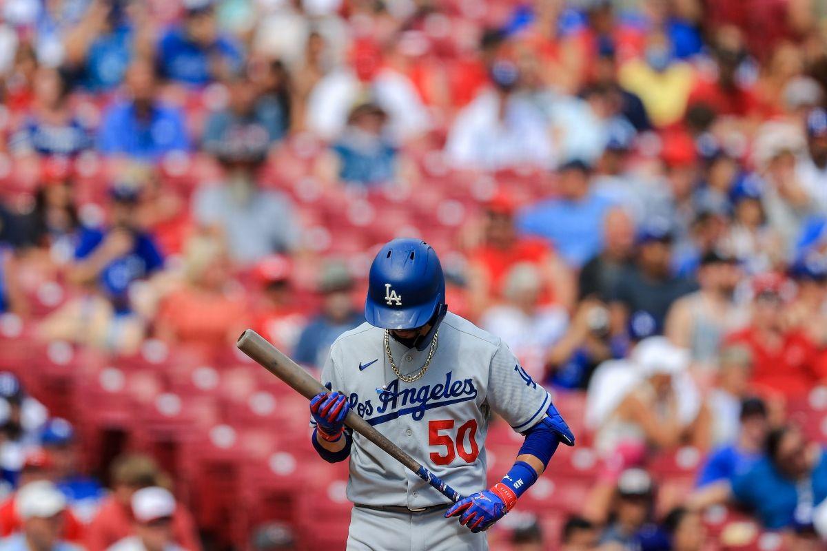 Mookie Betts, de los Dodgers de Los Ángeles, batea durante un juego de béisbol contra los Cincinnati Reds en Cincinnati