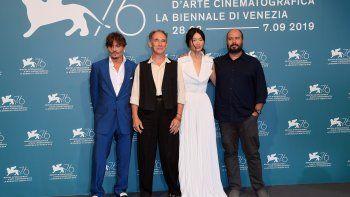 Johnny Depp, el actor inglésMark Rylance y la actrizGana Bayarsaikhan, junto al cineasta colombiano Ciro Guerra, durante la presentación del filme Waiting For The Barbarians en la pasada edición del Festival de Cine de Venecia.