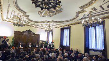 En esta foto de archivo del 31 de enero de 2015, el juez Giuseppe Dalla Torre, entonces presidente del tribunal del Vaticano, centro, asiste al inicio del 86to Año Judicial del Vaticano.