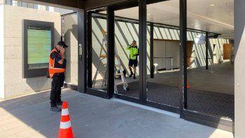 Unos trabajadores revisan unas puertas que fueron destrozadas el miércoles 13 de enero de 2020, en el Parlamento de Nueva Zelanda, ubicado en la capital Wellington.