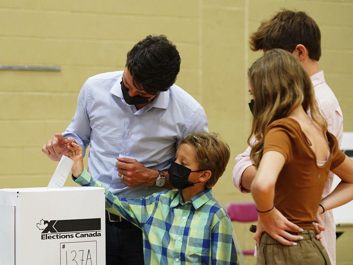 El primer ministro de Canadá Justin Trudeau vota en las elecciones federales acompañado por sus hijos, Xavier, Ella-Grace y Hadrien en Montreal, el 20 de septiembre de 2021.
