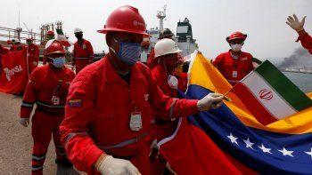 Un trabajador petrolero venezolano que sostiene una pequeña bandera de Irán asiste a una ceremonia el lunes 25 de mayo de 2020 por la llegada del buque iraní Fortune, en la refinería El Palito cerca de Puerto Cabello, Venezuela.