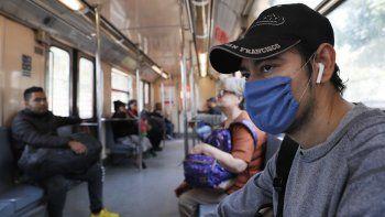 Un hombre usa una mascarilla protectora como medida de precaución de salud en un vagón del metro de la Ciudad de México, el viernes 28 de febrero de 2020.