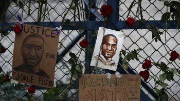 Esta fotografía del sábado 30 de mayo de 2020 muestra imágenes de George Floyd, un hombre de raza negra que murió a manos de la policía de Minneapolis, rodeadas de rosas en una barricada frente a la embajada de Estados Unidos en la Ciudad de México.