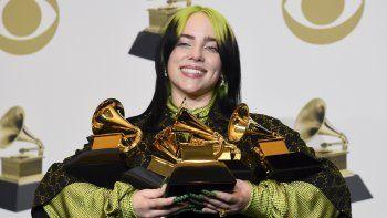 Billie Eilish posa en la sala de prensa tras ganar cinco premios Grammy, a mejor álbum y mejor álbum pop vocal por We All Fall Asleep, Where Do We Go?, mejor canción y mejor grabación por Bad Guy, y mejor nuevo artista, el domingo 26 de enero del 2020 en Los Ángeles.