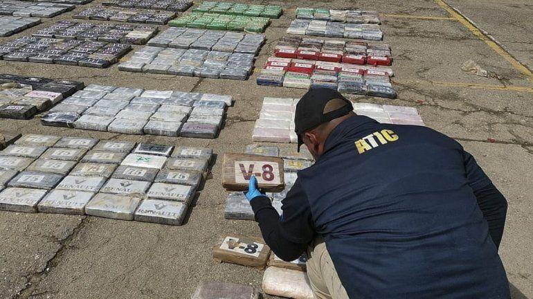 Esta fotografía de la ATIC divulgada por la ATIC muestra a un integrante de la Agencia Técnica de Investigación Criminal (ATIC) mientras contabiliza al menos 911 kilos de cocaína incautados en Ironia