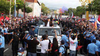 El dictador Daniel Ortega rodeado de un fuerte dispositivo de seguridad cuando circulaba en su vehículo Mercedes Benz por una calle de Managua la capital de Nicaragua.