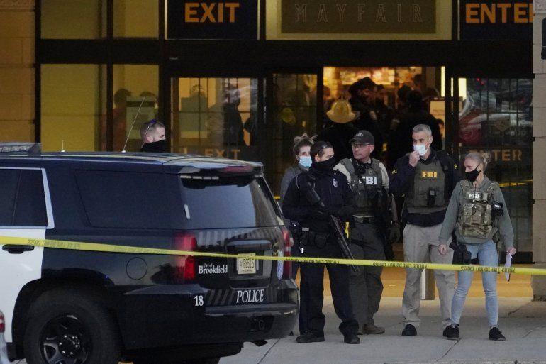 Agentes del FBI y la policía están en las afueras del centro comercial Mayfair Mall tras un tiroteo el viernes