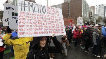 {alttext(En esta fotografía de archivo del sábado 20 de enero de 2018, una manifestante lleva un cartel con el hashtag de Twitter #MeToo utilizado porpersonasque se pronuncian contra el acoso sexual mientras participa en una marcha de mujeres en Seattle, en el aniversario de la toma de posesión del presidente Donald Trump.,Grupo de mujeres crea nueva ola de #MeToo en Dinamarca)}