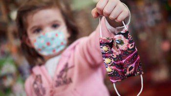 Una niña muestra una mascarilla infantil mientras sale a la calle en el primer día de relajamiento de las medidas de confinamiento marcadas por el Gobierno de España durante el Estado de Alarma ocasionado por la Pandemia Covid-19 en Abril 26, 2020 en Pamplona, Navarra, España.