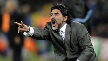 En esta foto de archivo del 27 de junio de 2010, Diego Maradona, como técnico de Argentina, hace gestos durante el partido contra México por los octavos de final de la Copa del Mundo de Sudáfrica, en el Soccer City en Johannesburgo.