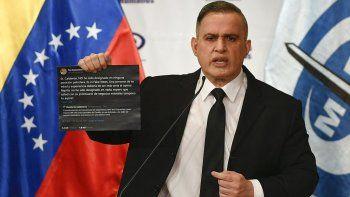 El fiscal del régimen de Nicolás Maduro, Tarek William Saab, sostiene una imagen de unos tuits durante una conferencia de prensa el lunes 4 de mayo de 2020 sobre lo que el gobierno dice fue un intento fallido de invasión el fin de semana con el que se pretendía derrocar al presidente Nicolás Maduro, en Caracas, Venezuela.