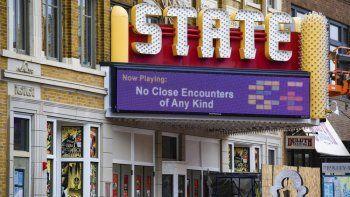 La marquesina del State Theatre muestra una parodia del título de una película para alentar el distanciamiento social, viernes 3 de abril de 2020 en Sioux Falls, S.D.Los propietarios de loscinesdifirieron ampliamente ante los estrenos como Trolls World Tour.