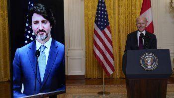 El presidente Joe Biden habla luego de sostener una reunión virtual con su homólogo canadiense Justin Trudeau, el martes 23 de febrero de 2021, en la Casa Blanca, en Washington.