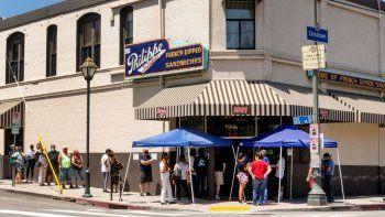 California propone cambios radicales en los restaurantes para prevenir la propagación del coronavirus. Una fila de clientes en un restaurante de Los Ángeles, el 2 de mayo del 2020.