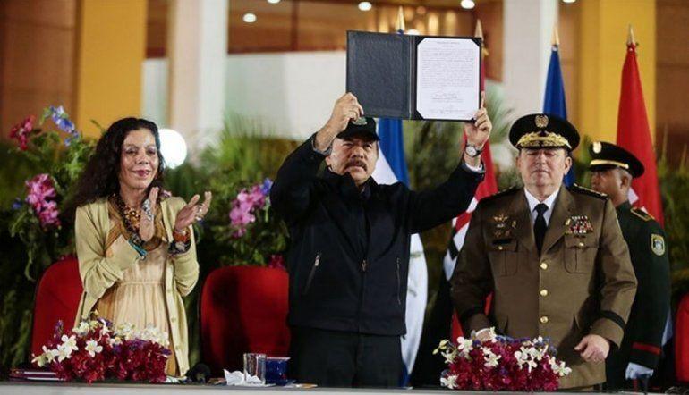 El dictador Daniel Ortega (centro) junto a Rosario Murillo