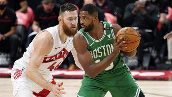 Tristan Thompson (13), de los Celtics de Boston, enfrenta a Aron Baynes, de los Raptors de Toronto, en la primera mitad del duelo de NBA el lunes 4 de enero de 2021, en Tampa, Florida.