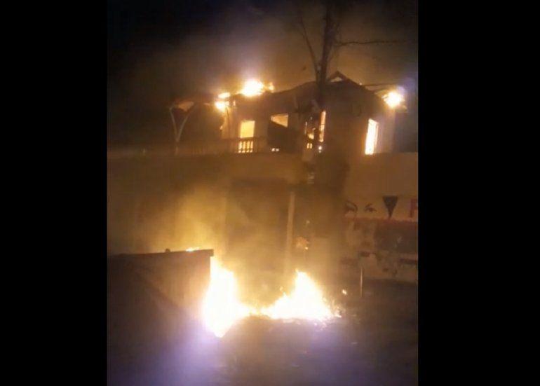 Captura de video del momento cuando un incendio consumía una edificación usada como Casa de la Juventud en memoria del asesinado diputado Robert Serra.