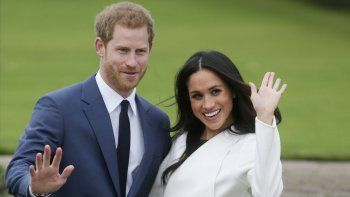 En esta foto de archivo tomada el 27 de noviembre de 2017, el Príncipe Harry de Gran Bretaña y su prometida, la actriz estadounidense Meghan Markle, posan para una fotografía en el Jardín Hundido en el Palacio de Kensington en el oeste de Londres tras el anuncio de su compromiso.