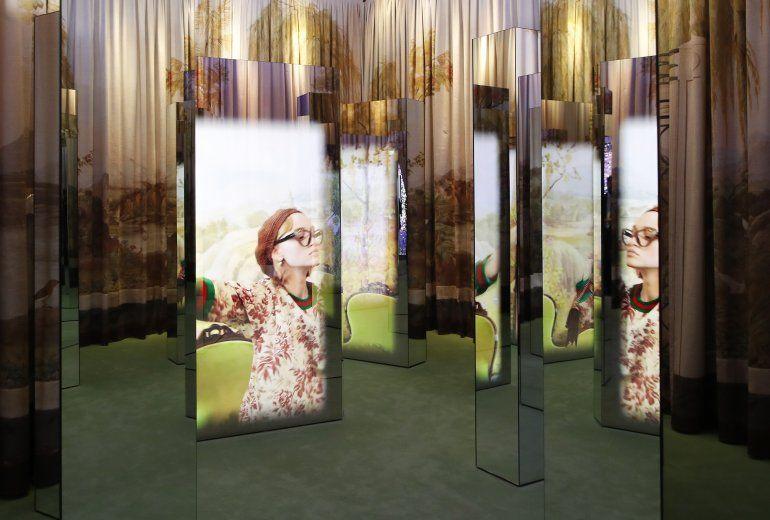 Una vista de una campaña publicitaria de Gucci seleccionada para una exposición para celebrar el centenario de la casa de modas en el Jardín Gucci en Florencia