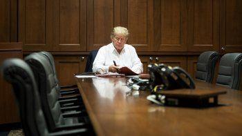 Esta foto del folleto de la Casa Blanca publicada el 4 de octubre de 2020 muestra al presidente de los Estados Unidos, Donald Trump, trabajando en su sala de conferencias en el Centro Médico Militar Nacional Walter Reed en Bethesda, Maryland, el 3 de octubre de 2020, después de dar positivo por COVID-19.