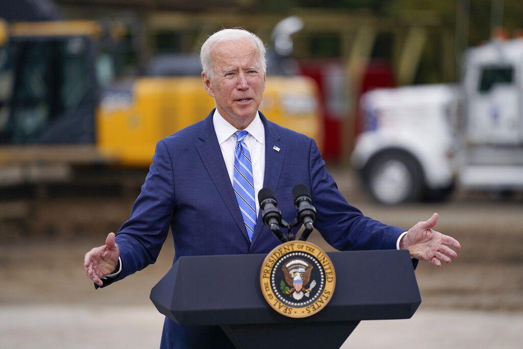El presidente Joe Biden habla sobre su agenda durante una visita a un centro de formación sindical de Howell, Michigan.
