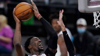 Bam Adebayo (13), del Heat de Miami, busca la canasta sobre Dejounte Murray (5), de los Spurs de San Antonio, en la segunda mitad del partido de la NBA en San Antonio, el miércoles 21 de abril de 2021