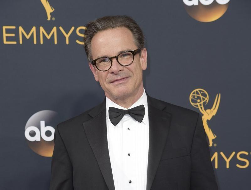 Peter Scolari llega a la 68a entrega de los Emmy en Los Angeles el 18 de septiembre de 2016.