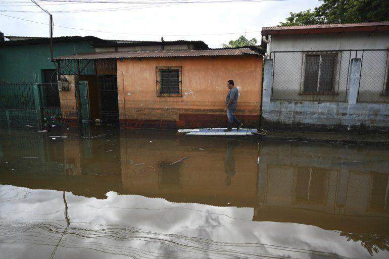 Vista de una calle inundada tras el paso del huracán Eta