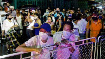 Se ve a los migrantes venezolanos varados en Colombia queriendo cruzar de regreso a su país en el puente internacional Simón Bolívar en Cúcuta, Colombia, el 18 de noviembre de 2020. Cientos de venezolanos varados en Colombia intentaron cruzar la frontera de regreso a su país forzando barricadas colocadas por Autoridades colombianas en el puente internacional que une a los países, que permanece cerrado debido a la pandemia COVID-19