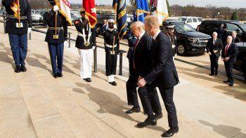 El presidente Donald Trump, camina junto al secretario interino de Defensa y jefe del Pentágono, Patrick Shanahan (der), a su llegada al Pentágono, este viernes en Arlington, Virgina.