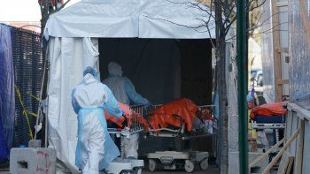 Cuerpos de personas fallecidas por coronavirus son trasladados a un camión frigorífico que sirve como depósito temporal de cadáveres en el Hospital Wyckoff en el distrito de Brooklyn, Nueva York.