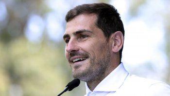 Iker Casillas hablando con la prensa en Oporto el 6 de mayo del 2019. El arquero desistió de postularse a presidente de la federación española de fútbol, diciendo que, en plena pandemia del coronavirus, esas elecciones pasan a segundo plano.