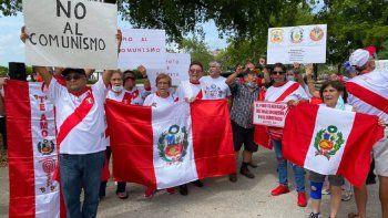En Miami los peruanos exigieron que se respete la democracia en su país. No al comunismo exclamaron con consignas que repetían una y otra vez.