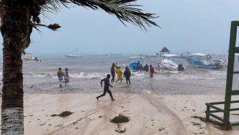 Los pescadores intentan proteger sus embarcaciones de las fuertes lluvias debido al paso de la Tormenta Gamma en Puerto Morelos, Estado de Quintanaroo, México, el 03 de octubre de 2020. La tormenta tropical Gamma se ubica en la península de Yucatán (sureste) en México, donde provoca fuertes lluvias y podría convertirse en huracán este sábado, informó el Centro Nacional de Huracanes (NHC) de Estados Unidos en su último informe.