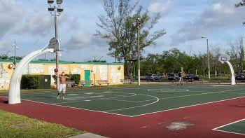 En el Tropical Park, uno de losparques más amplios para el disfrute de los residentes en el suroeste de Miami-Dade, en las primeras horas del día se vieron algunas personas realizando actividades atléticas.